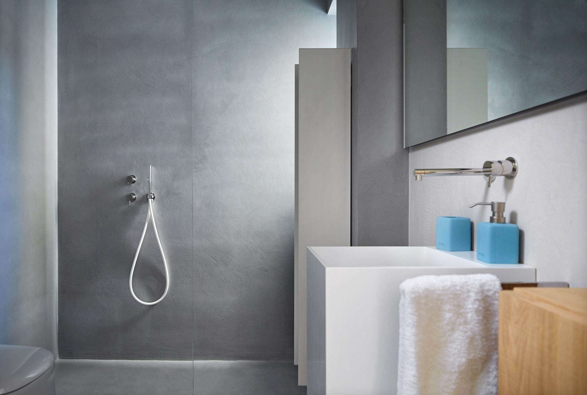 Come realizzare un bagno senza piastrelle ideal work - Togliere piastrelle bagno ...