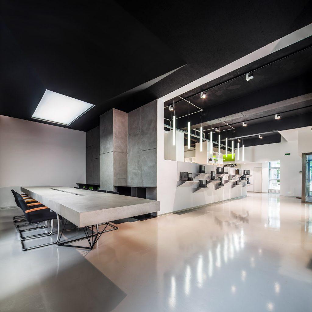 Showroom di Schüco - rivestire tavolo e pareti in soli 3 mm con microcemento