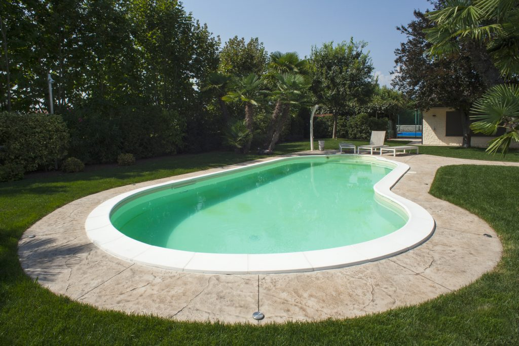 Bordo piscina con pavimento stampato