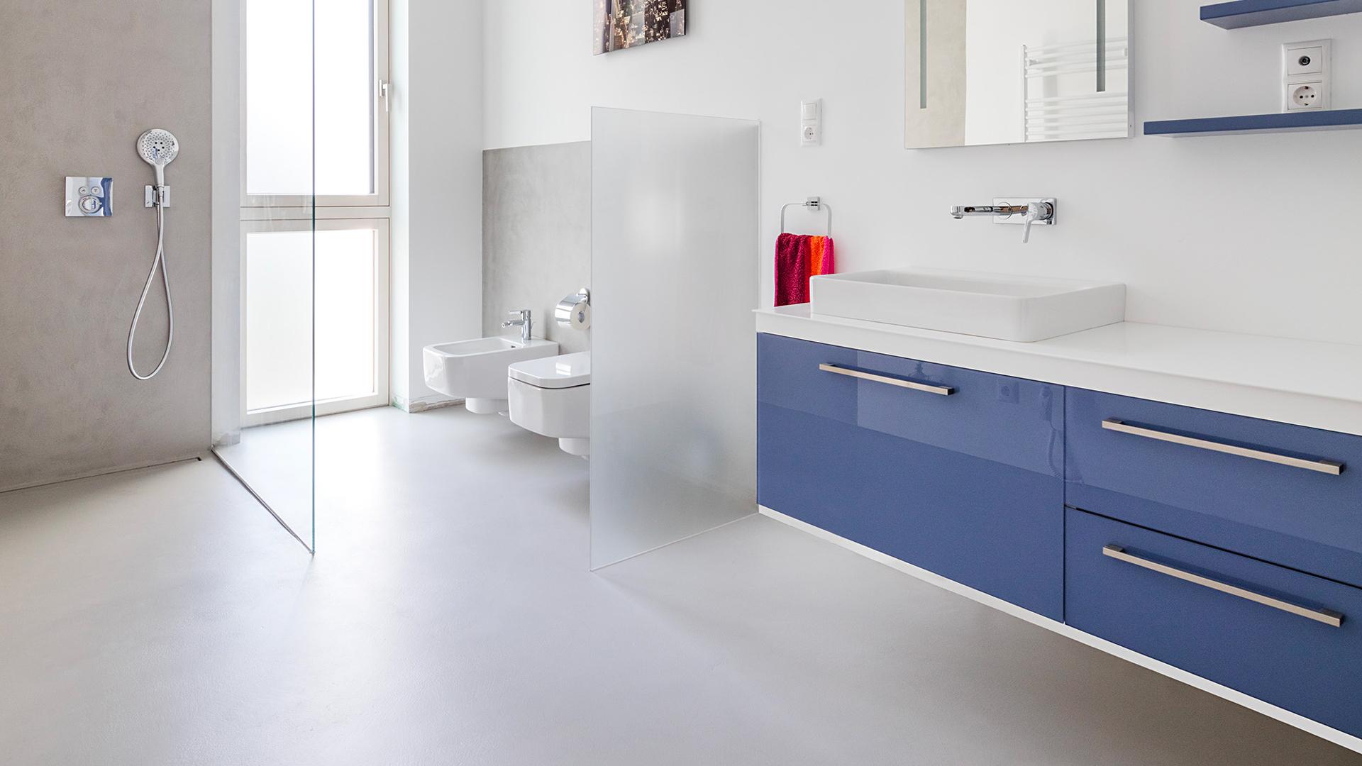 Bagno moderno senza piastrelle con Microcemento