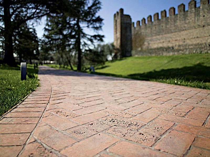 Pavimenti esterni in cemento stampato o pavimenti autobloccanti