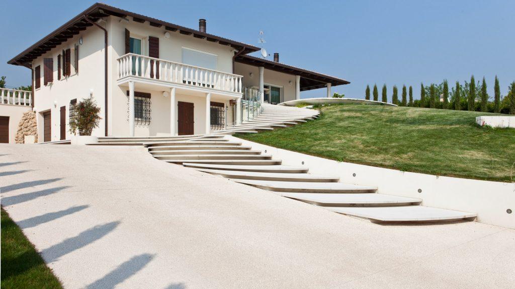 casa ad asolo ricoperta con pavimento stampato sassoitalia