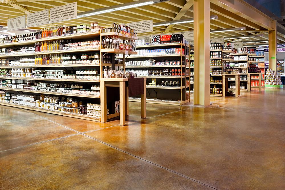 pavimento acidificato in stile industriale - centro commerciale